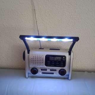 Dynamo rechargeable radio