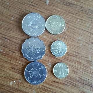 香港硬幣👉回歸1997年限量出版👉 五元:福鼠吊金錢👉兩元:普天同慶👉1元: 麒麟:鎮財之寶👉 5毫:牛代表 勤奮👉2毫: 蝴蝶飛舞👉1毫: 一帆風順🖐 當年10元極少極少有🖐共6個