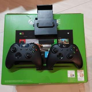 Xbox One + Kinect + 2 controllers + games