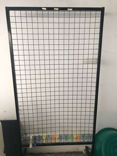 Wire mesh display