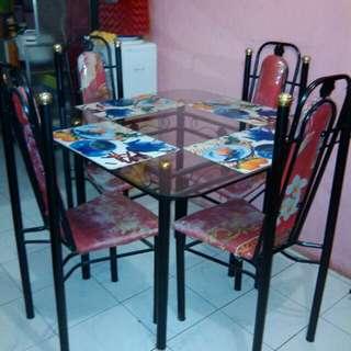 Meja makan kaca