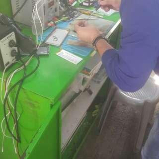 SAMSUNG S7 Edge 爆mon 專業即時維修 保證即日可取  本店維修服務包括 : 爆屏、黑屏、無法充電、無聲音、壞機等. 都可以到門市免費檢查 絕無額外收費  採用最先進的儀器 品質良好的零件維修 收費優惠合理!  外熒幕損壞(面玻璃)$980 / LCD 液晶屏 $1650 / 底玻璃 $200 / 換電池 $250