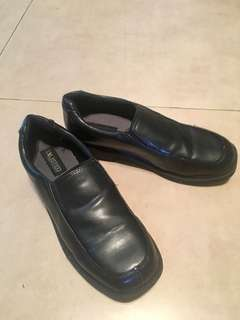 Boys' Shoes sz 4.5M (US). Not leather but good quality material like leather. Cond: 8.5/10