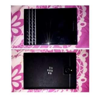 """BlackBerry Passport Dallas- 4,5"""", RAM 32 Gb, Cam 13 Mp, Quadcore 2.2 ghz. ( minus charger dan ada sedikit goresan di belakang)"""