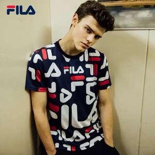 🚚 🌐《預》✨2018春季新品✨代購專櫃正品 FILA斐樂 男款logo 滿印純棉短袖F11M818106NVF