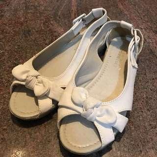 👡白色平底露趾涼鞋