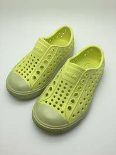 NATIVE Kids Shoes Size C6/7, Light Yellow