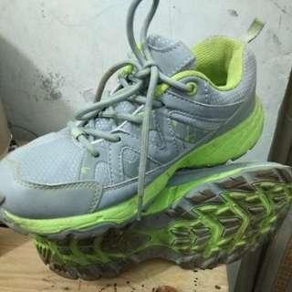 Sepatu sport keta