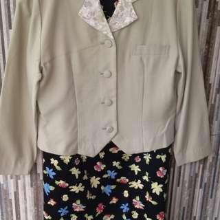 Satu set jas kemeja dengan bawahan rok bunga