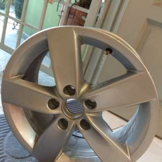 Selling one set 4 original Volkswagen sports rim like new