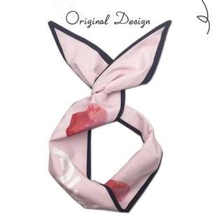 《早·衣服》搭配好物🎀原創設計款愛心英文字母印花寬版鋁絲兔耳朵髮帶領獎髮箍