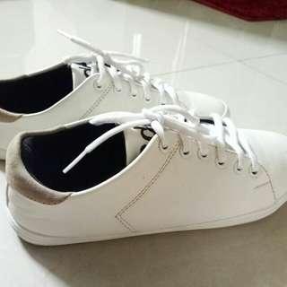 Sepatu Casual Wanita Warna Putih