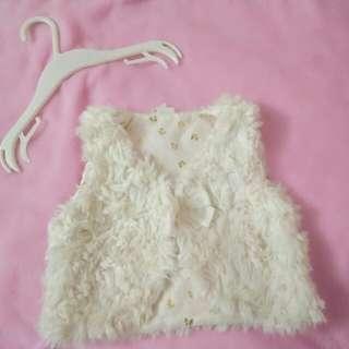 H&M white furry sleeveless coat #bejat20