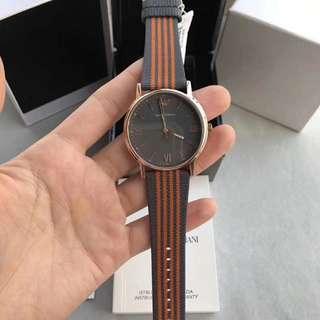 正品阿玛尼✨✨英伦风格男装石英手表。🈶️2⃣️色AR11015/ AR11014 ,采用矿物质玻璃镜面。特别的织带配牛皮表带,原装机芯,黑色的表盘,表盘41mm。英伦风格十足,简单的设计风格更显成熟干练,支持验货。😍😍😍