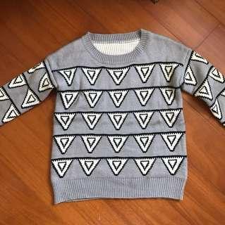 三角形 灰色毛衣