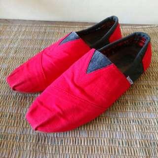 Sepatu toms merah