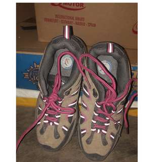 Sepatu gunung (cewe)