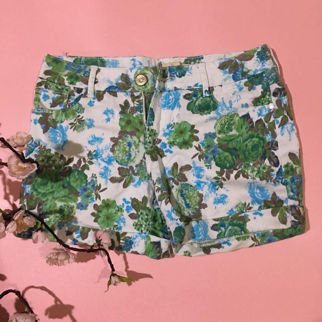 Flowery white short pants