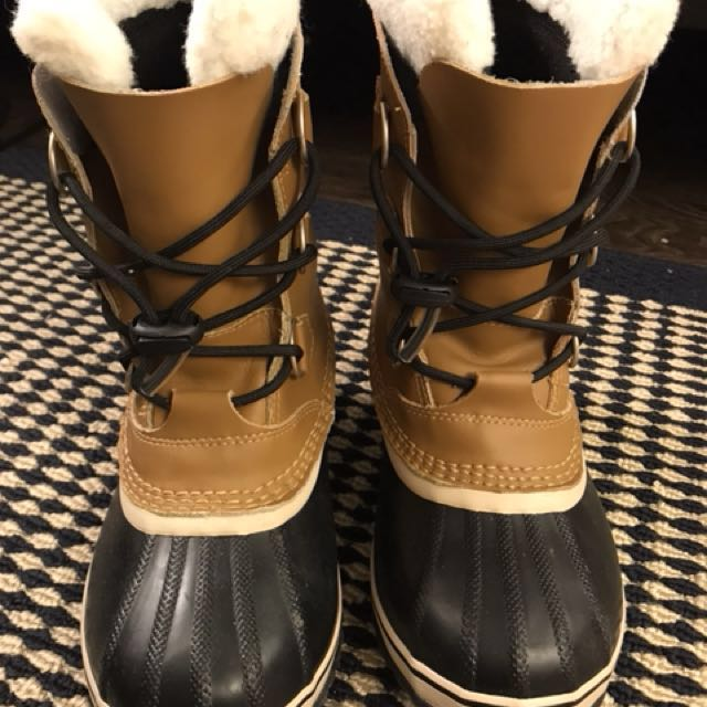 sorel winter boots size 4, used it twice its a little bit tight on me, price is firm