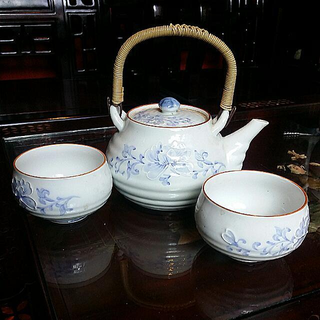 "Special ""Dented"" Japanese Vintage Antique Porcelain Teapot Blue White And 2 Teacups"