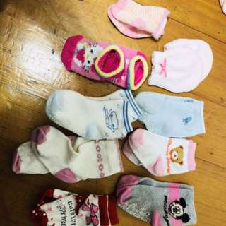 女嬰襪子手套一堆