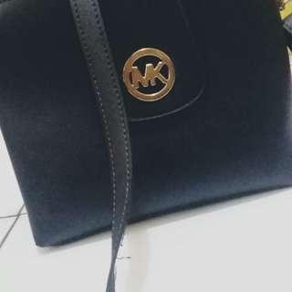 Tas hitam kulit