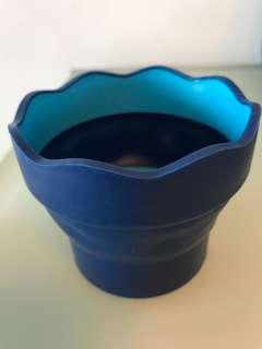 德國輝柏FABER-CASTELL 藍色伸縮型波浪邊橡膠水杯- 可方便置放水彩筆!