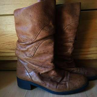Forleria high boots brown in color 9inches. No zipper. Good fitting!