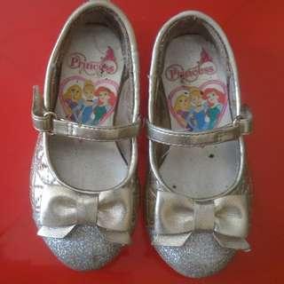 Sepatu anak cewe..still good condition ya masih layak pake,kinclong,bersih untuk anak usia 1-2th