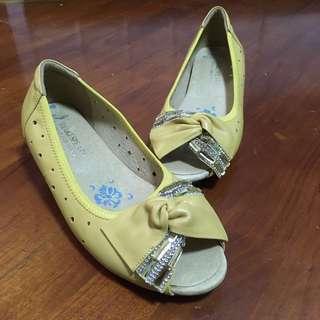 可用惠康印花換! 36號淡黃色矮跟上班斯文休閒船鞋