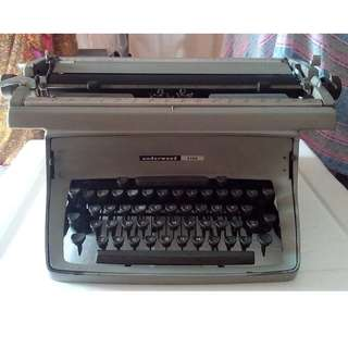 Vintage Underwood Typewriter (1960s)