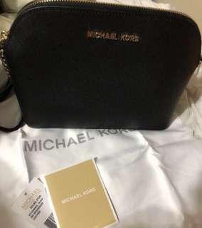 Michael Kors黑色貝殼斜孭袋