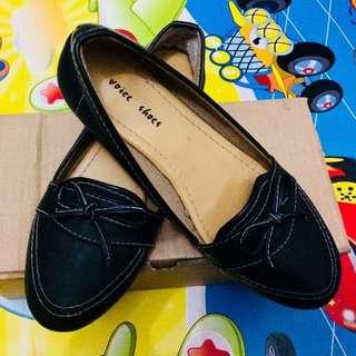 Sepatu hitam semi kulit
