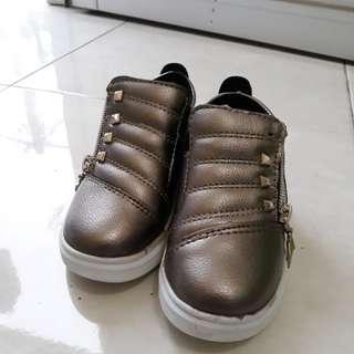 Sepatu silver anak ukuran 25