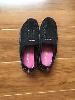 Pre-loved Authentic Skechers Sneakers Black with Pink lining Size 6