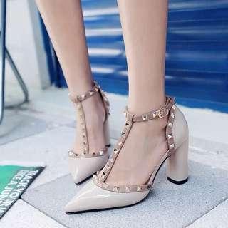 預購⚜️歐美訂製繞腳 尖頭鞋 T字涼鞋 粗跟高跟鞋 顯瘦跟鞋 女鞋 卯釘涼鞋 女鞋 跟鞋 熱門 歐洲站