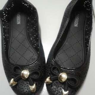 Sepatu jelly wanita warna hitam