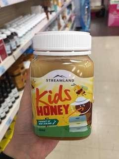 您還在為孩子尋找一款適合的蜂蜜嗎❓在澳洲12個月以上寶寶就吃蜂蜜的【streamland kids honey兒童蜂蜜🍯】,從原材料到生產地都是新西蘭🇳🇿,經過採蜜的蜜蜂🐝提取最好的三葉草蜜☘️精華而製成🍃🍃口感非常好,💐500ML