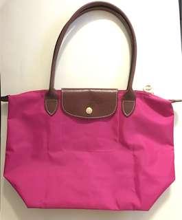 Longchamp 長手挽袋 ,托朋友旅行時買的😅但買錯了色,少用新淨,一邊帶的皮爉有點甩,挽帶沒變形。
