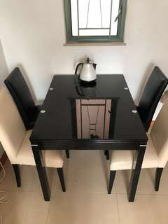 黑色可伸展 飯檯 連四張 椅子 8500購入 桌子