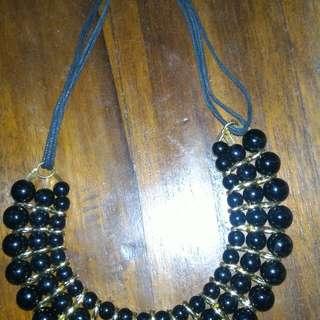 Kalung hitam bulat