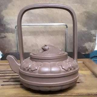 紫砂壺,紫泥, 五福提樑壺,共造十個,這個是第'四個壺(王石耕 監製,王惠中,造)兩位己去世。非賣品