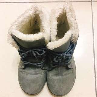 冬日灰色毛靴