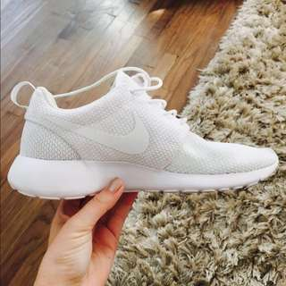 Sepatu Sneakers Nike Roshe Run ALL WHITE