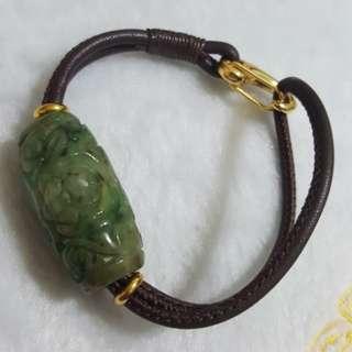 天然緬甸玉a貨黃加綠古味漂亮老花青雕刻31mm大桶珠皮繩+925銀中性手環