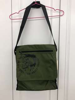 英國品牌diesel 軍綠色尼龍扯布側咩帶可較袋包bag $48 齊標吊牌 順豐到付