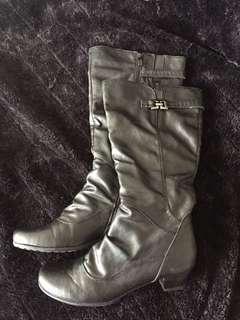 Beautiful mid calf boots