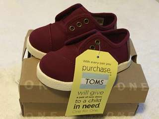 Tom's burgundy canvas shoes Brand New ! Very good price. 100% authentic.size 5