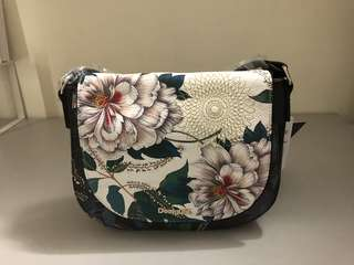 Desigual interchangeable flap