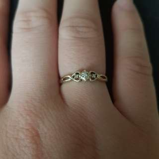 9kt gold ring with diamonds